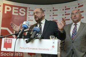 Мартин Шулц (вляво) говори след номинацията си за председател на следващата Европейска комисия. До него е ковчежникът на партията Рори Куин, министър на образованието на Ирландия. Снимка: ПЕС
