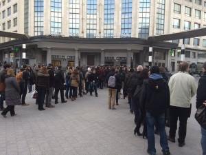 Вижте какви опашки се вият пред големите гари в Брюксел днес. Снимката е постнал пътник в туитър.